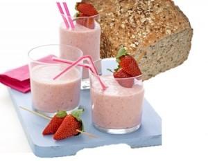 Pão integral, iogurte e morangos